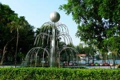 Fuente en el centro del parque de la ciudad imagenes de archivo