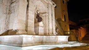 Fuente en el cuadrado del capitolio noche Roma, Ital almacen de metraje de vídeo