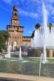 Fuente en el cuadrado del castillo. Milano, Italia Foto de archivo libre de regalías