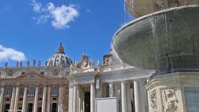 Fuente en el cuadrado y la basílica de San Pedro en Roma metrajes