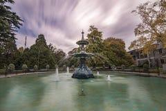 Fuente en el día nublado, Christchurch, Nueva Zelanda del pavo real Fotos de archivo libres de regalías