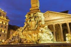 Fuente en el della Rotonda de la plaza del panteón en Roma, Italia Imagen de archivo