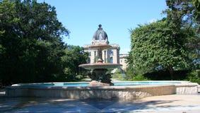Fuente en el edificio legislativo Fotos de archivo