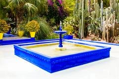 Fuente en el jardín de Majorelle en Marrakesh, Marruecos fotografía de archivo