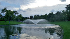 Fuente en el lago bajo sistema del sol Imagen de archivo libre de regalías