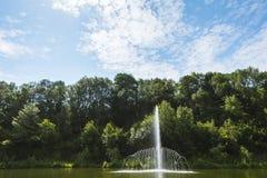 Fuente en el lago Curiacul, en la entrada a la ciudad de Campina Fotos de archivo