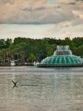 Fuente en el lago que est? en el parque fotografía de archivo libre de regalías