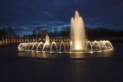 Fuente en el monumento de la Segunda Guerra Mundial de la noche Fotos de archivo libres de regalías
