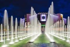 Fuente en el palacio nacional de la cultura en Sofía en la noche Foto de archivo