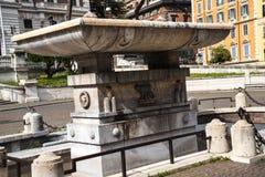 Fuente en el Palazzo Viminale que es las jefaturas del ministerio italiano del interior en Roma Imágenes de archivo libres de regalías