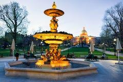 Fuente en el parque común de Boston y gente en la noche América foto de archivo