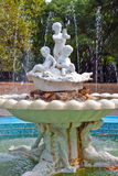 Fuente en el parque de la ciudad de Varna Foto de archivo