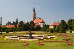 Fuente en el parque de Schonbrunn imagenes de archivo