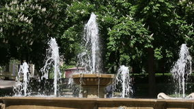 Fuente en el parque Pecs Hungría metrajes