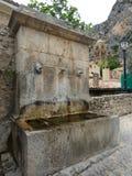 Fuente en el pueblo de Moustiers-Sainte-Marie, Francia, Europa foto de archivo