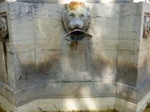 Fuente en el pueblo de Riez, Provence, Francia imágenes de archivo libres de regalías
