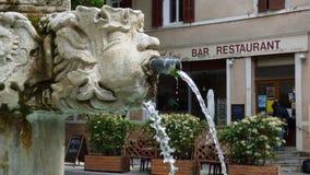 Fuente en el pueblo de Riez, Provence, Francia foto de archivo