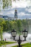 Fuente en el río de Iset y cuadrado histórico en Ekaterinburg 2018 imagen de archivo