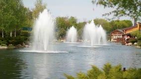 Fuente en el río en parque en Ucrania almacen de video