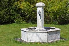 Fuente en jardín Fotos de archivo