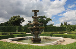 Fuente en jardín francés del parque en Lednice en República Checa adentro Imágenes de archivo libres de regalías
