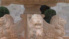 Fuente en la entrada al hotel en el Kranevo búlgaro metrajes