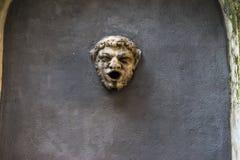 Fuente en la forma de la cabeza del sátiro Foto de archivo