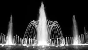 Fuente en la noche Fotos de archivo libres de regalías