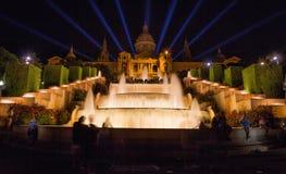 Fuente en la noche fuera de Art Museum nacional de Cataluña, Barcelona, España Fotos de archivo