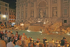 Fuente en la noche, Roma, Italia del Trevi Foto de archivo