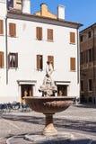 Fuente en la plaza Broletto en la ciudad de Mantua Fotos de archivo libres de regalías