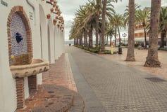 Fuente en la 'promenade' con las palmeras fotos de archivo