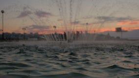 Fuente en la puesta del sol almacen de video