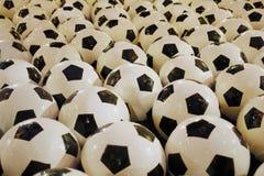 Fuente en los grandes almacenes principales en Moscú, Rusia Fuente con fútboles Foto de archivo libre de regalías