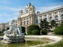 Fuente en Maria-Theresien-Platz, Viena Foto de archivo libre de regalías