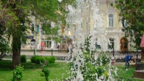 Fuente en parque considere con descensos del agua del vuelo la cámara lenta de la calle de la ciudad almacen de metraje de vídeo