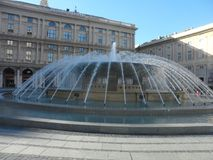Fuente en Piazza De Ferrari en Génova Foto de archivo