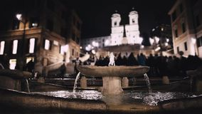 Fuente en Piazza di Spagna en la noche, Roma, Italia, 2018, fondo borroso almacen de metraje de vídeo