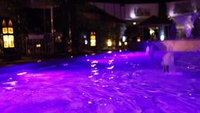 Fuente en piscina con la iluminación metrajes