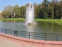 Fuente en un parque de la ciudad en Maladzetschna en Bielorrusia Imagen de archivo libre de regalías