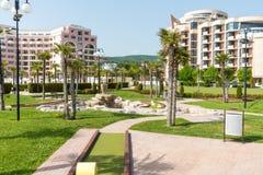 Fuente entre las palmas en la costa de Sunny Beach - visión desde el mar, Bulgaria Foto de archivo libre de regalías