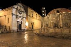 Fuente grande de Onofrio y del monasterio franciscano en la noche Imagen de archivo