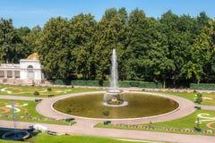 Fuente grande francesa en Peterhof Imágenes de archivo libres de regalías