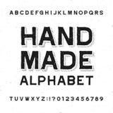 Fuente hecha a mano del alfabeto Letras y números apenados del vintage en un fondo del grunge libre illustration