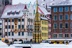 Fuente hermosa de la escena del invierno (Schöner Brunnen) Nuremberg, Alemania Foto de archivo libre de regalías