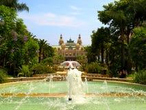 Fuente hermosa delante del casino magnífico en Monte Carlo, Mónaco imagenes de archivo
