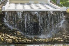 Fuente hermosa en el parque imagenes de archivo