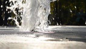 Fuente hermosa en el parque de la ciudad en verano almacen de video