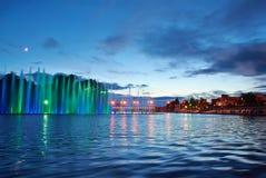 Fuente hermosa en la noche iluminada con la luz azul Vinnyts Foto de archivo