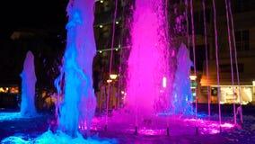 Fuente hermosa en la noche iluminada con la luz azul Fuente hermosa en la noche en Dnipropetrovsk metrajes